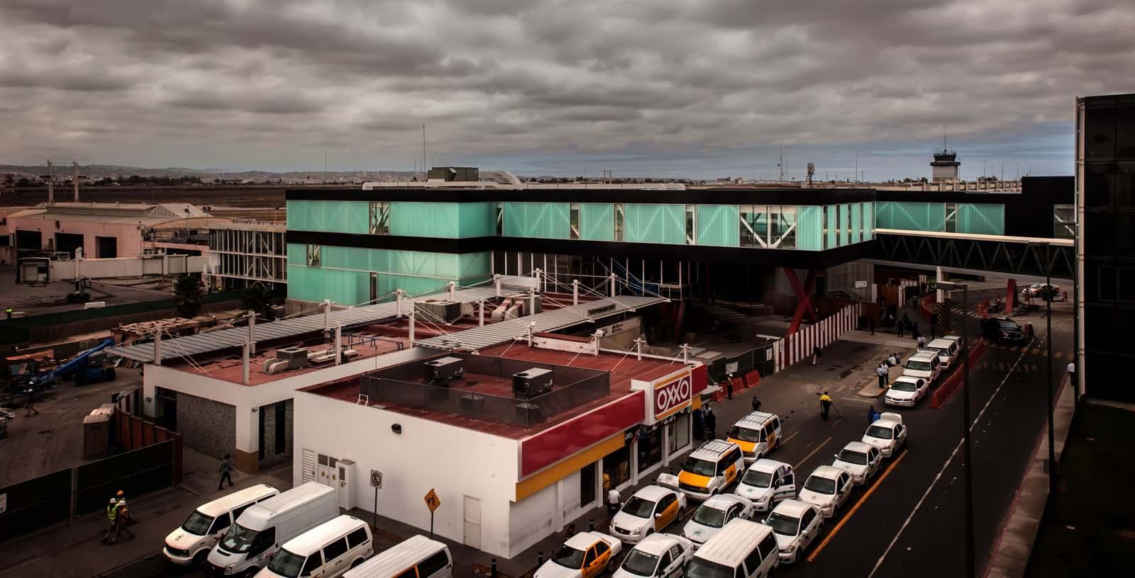 Cross-border_at_Tijuana_airport_01_Architecture_IDOM_photos_Pradip_J._Phanse
