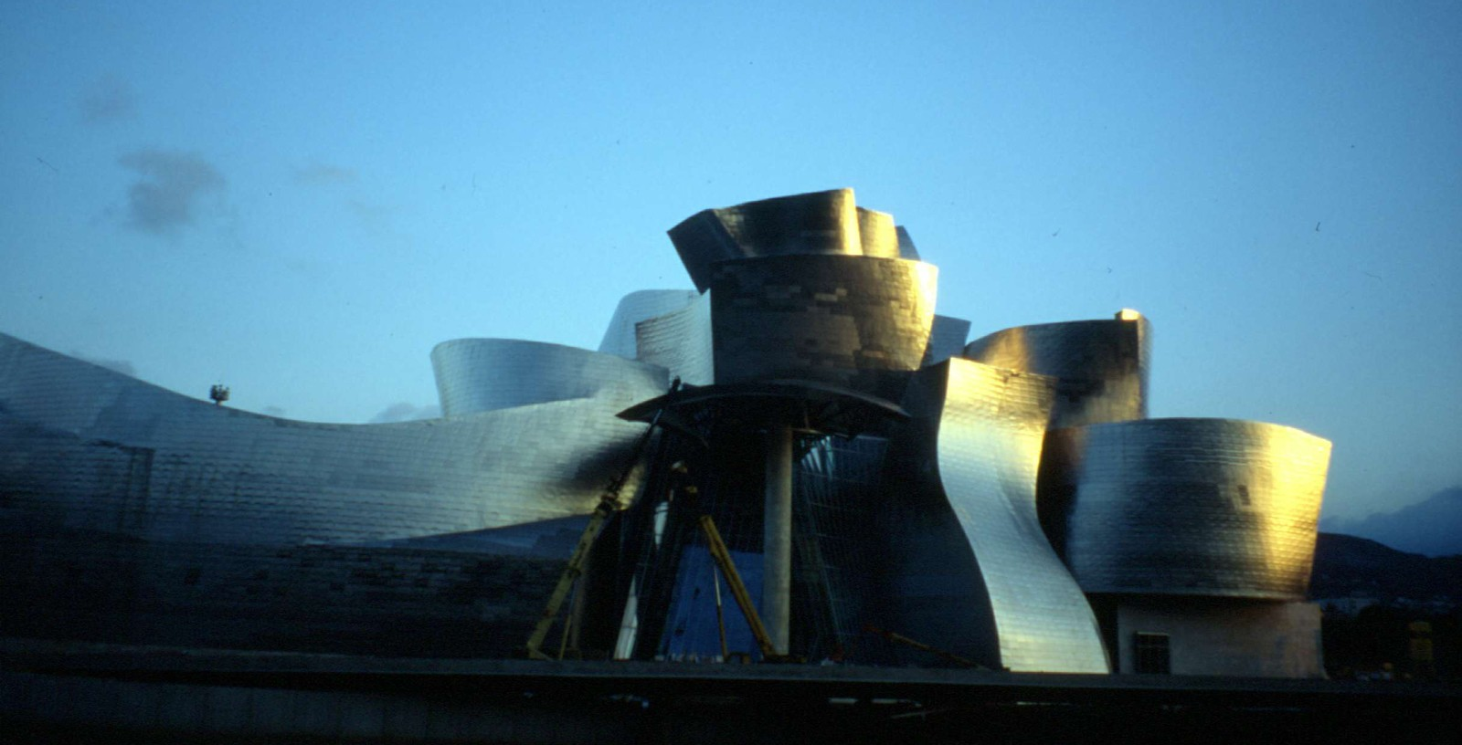 Guggenheim_Museum_Bilbao_01_Building_Idom